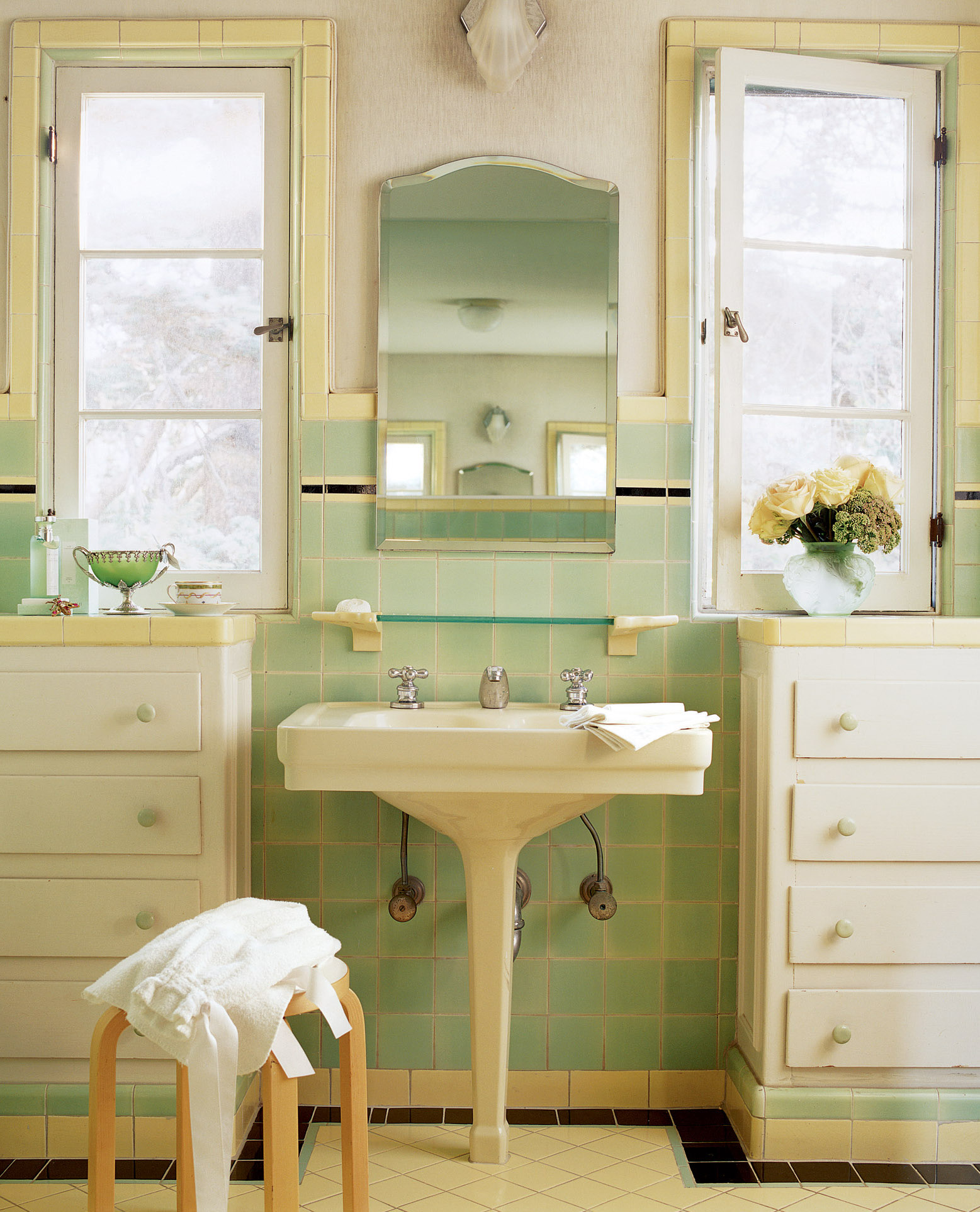 1930s green and yellow bathroom
