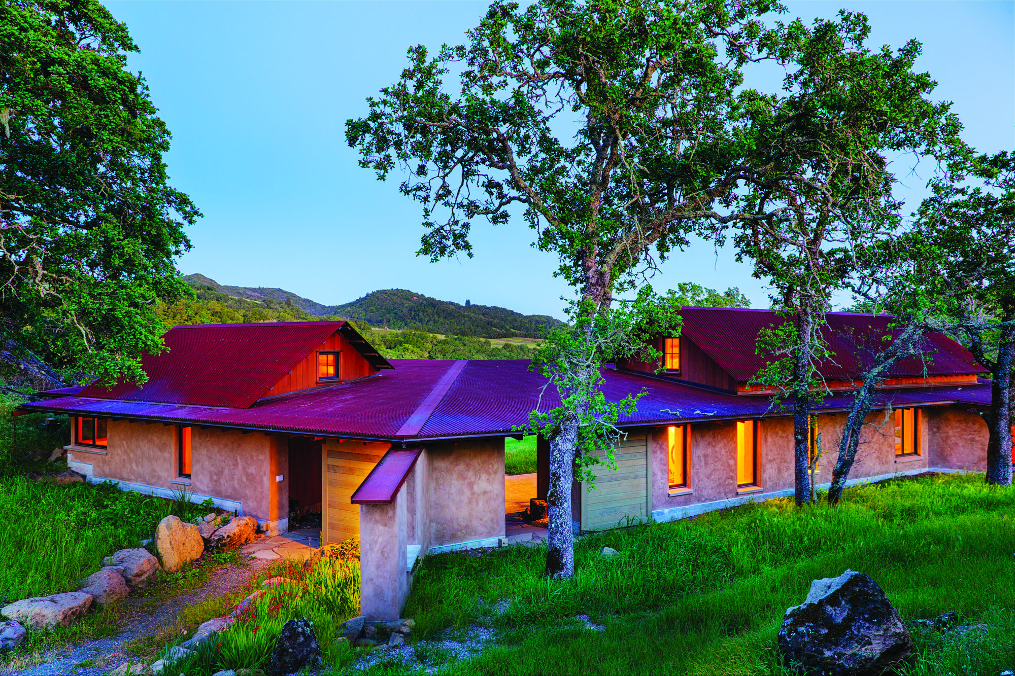 The house designed by Arkin Tilt is based on historical cabins. The result is an ultra green house in Sonoma.