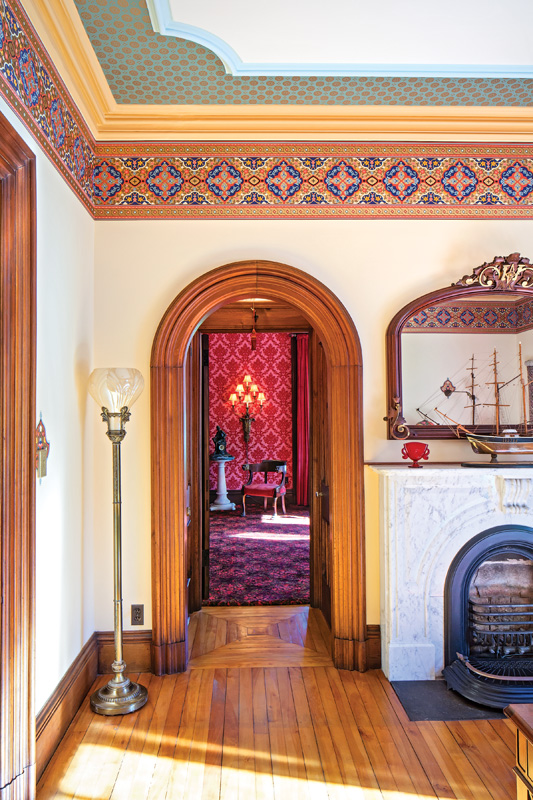 In the parlor used as an office, refurbished walls and ceiling have been hung with Bradbury frieze and ceiling papers. (Photo: fotolia.com/Nejron)