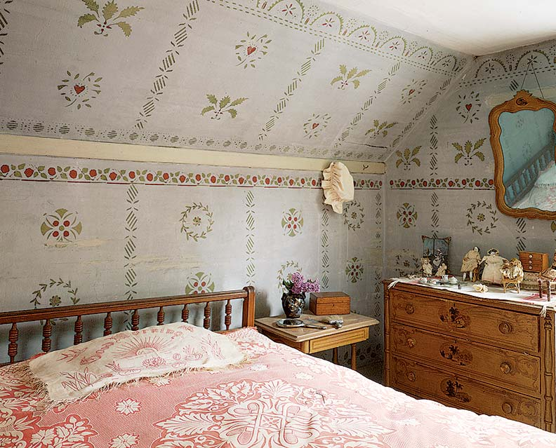 A folk-art-inspired pattern decorates a room in Temple, New Hampshire, by the celebrated roving painter Moses Eaton, Jr. (Photo: Todd Caverly)