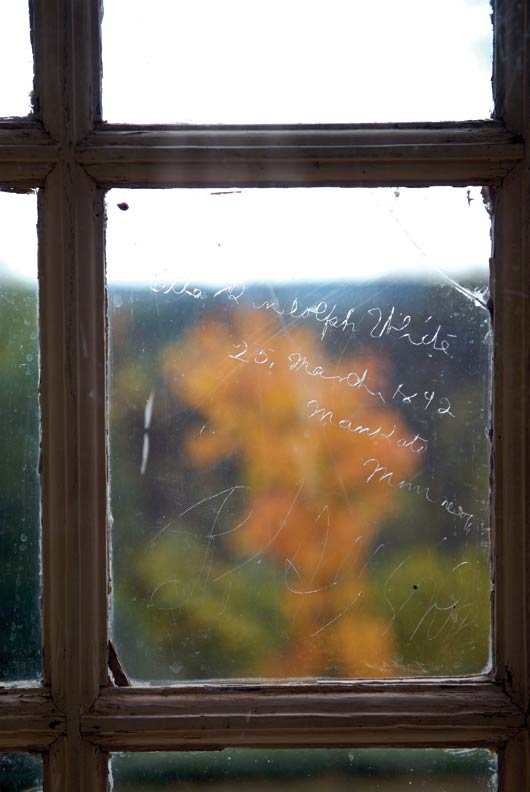 A windowpane in the dining room was autographed in 1892 by Ella Randolph White, a descendant of the original owners.