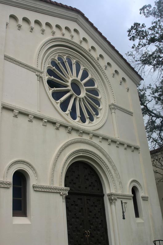 The northern and southern trancepts of the Riverside Baptist Church in Jacksonville are dominated by large rose windows.