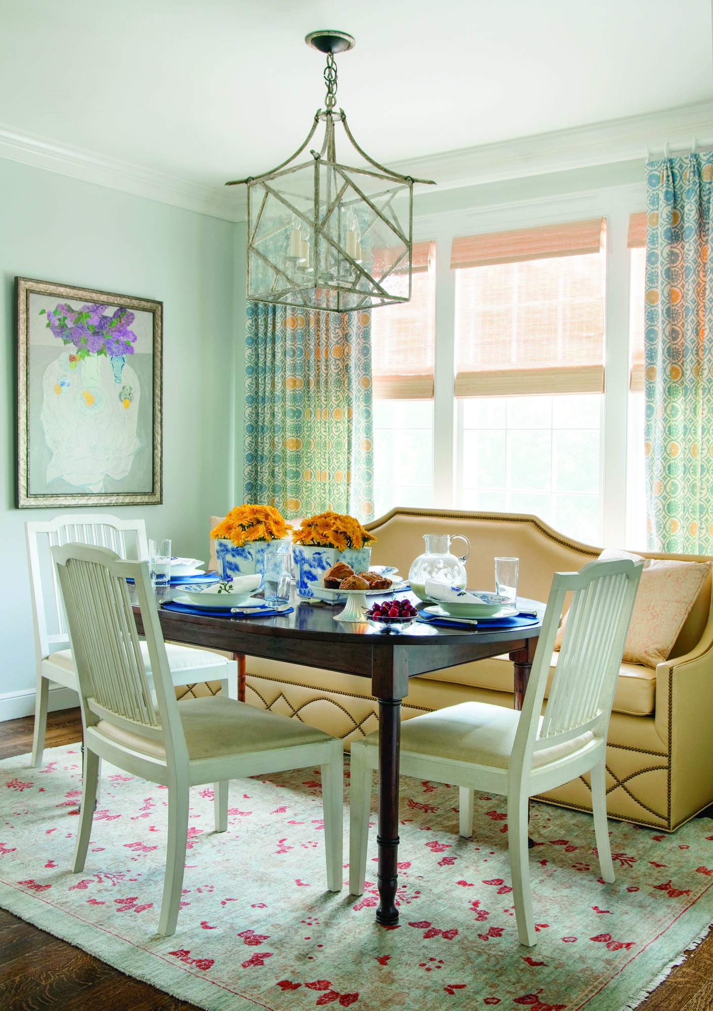 Carter keeps the dining space formal—the colors used are cool and elegant.