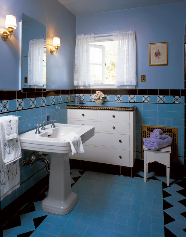 Folks who couldn't commit to colored fixtures could still splash it everywhere else, as the tile in this 1829 house shows. (Photo: Linda Svendsen)