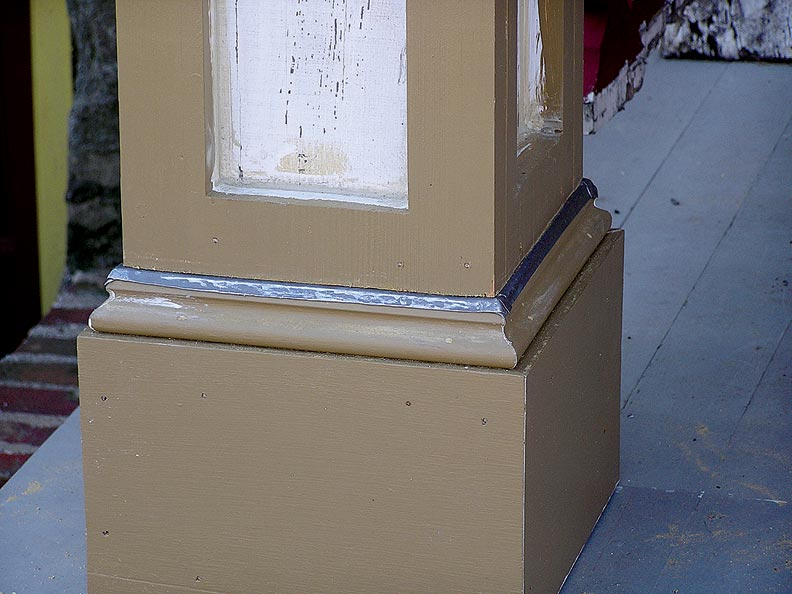 When joints at the base of square columns point downward and are protected by flashing, rainwater naturally slides off the wooden element, preventing infiltration that can lead to rot.