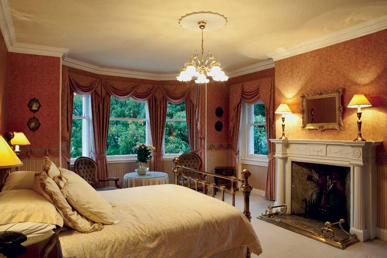 A swagged valance atop full-length curtains was a popular treatment during the Federal and Greek Revival periods.