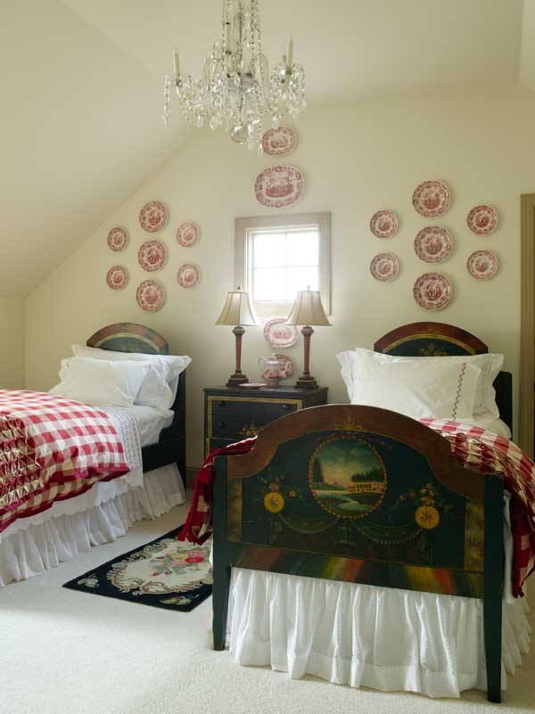 Its late 19th-century cottage pine twin beds patriotically painted with scenes of Mount Vernon, this guest room is an homage to old Virginia.