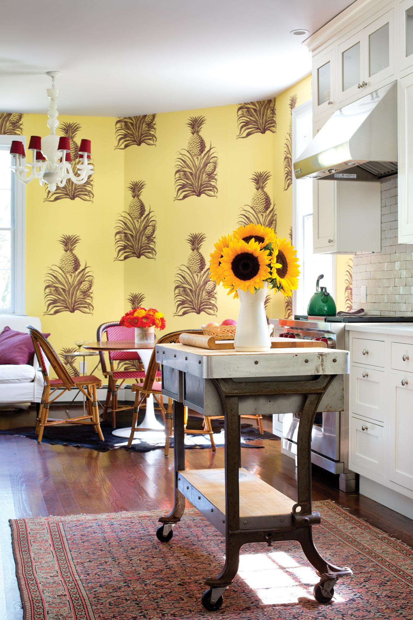 pineapple-patterend wallpaper