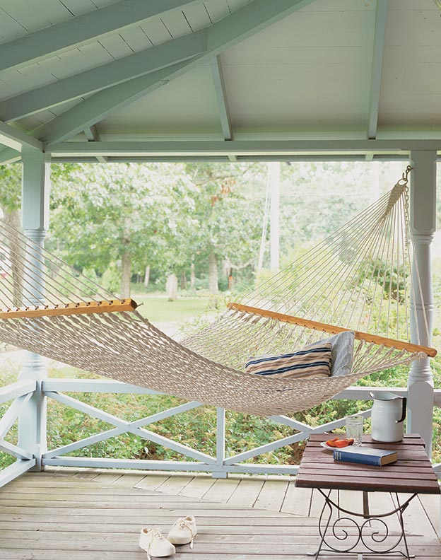 A hammock on the Blue cottage porch symbolizes the relaxing atmosphere of these two cottages.