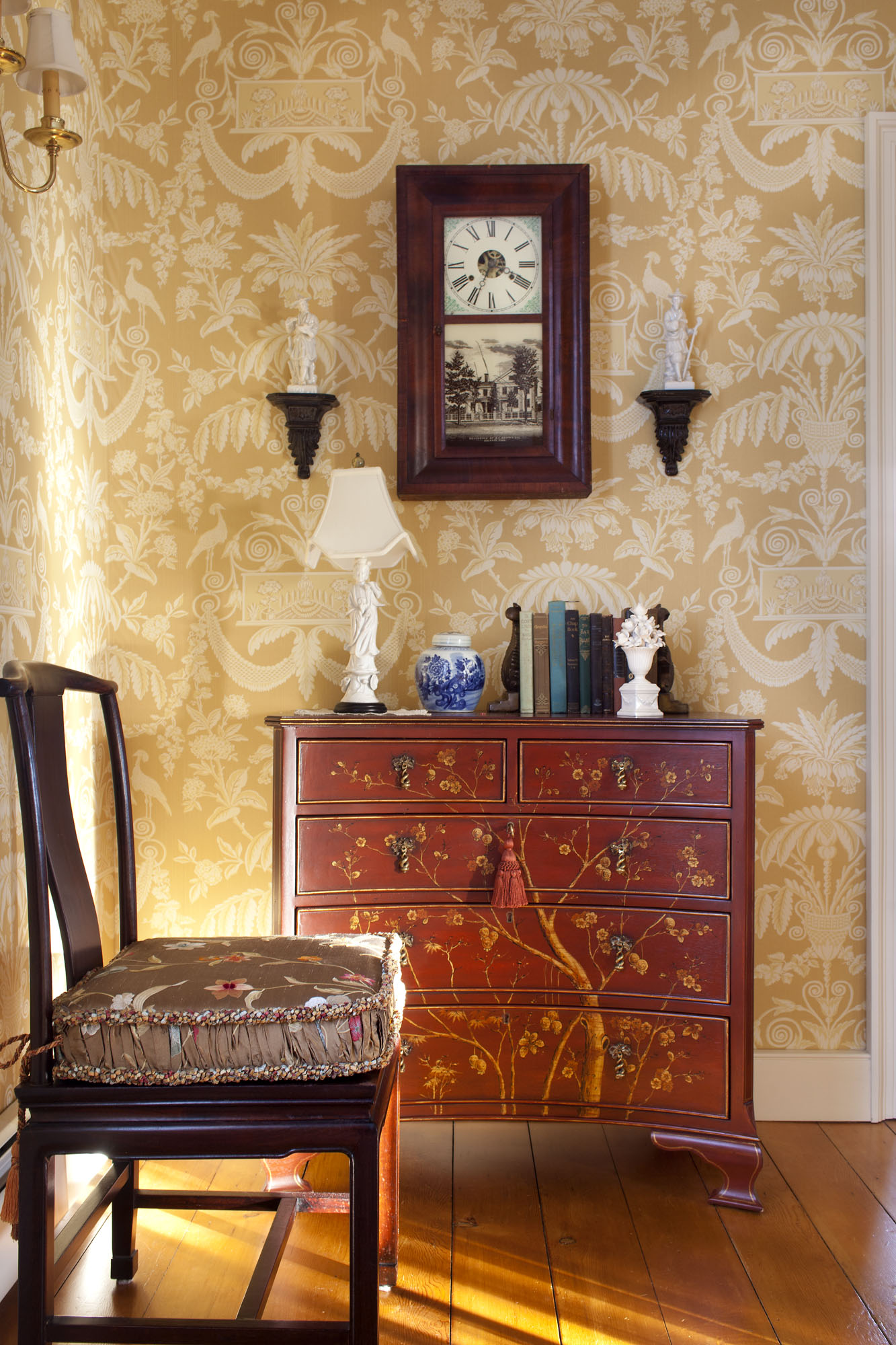 'Lampas', a damask from Thibaut Designs, shown in a Georgian-era house, is typical of period reproductions. The paper was discontinued, but 'Taddington Damask' (inset) is available. opposite: (left) In a vignette by Hope Angier, the pineapple and willow stencils were designed and cut by the artist herself.