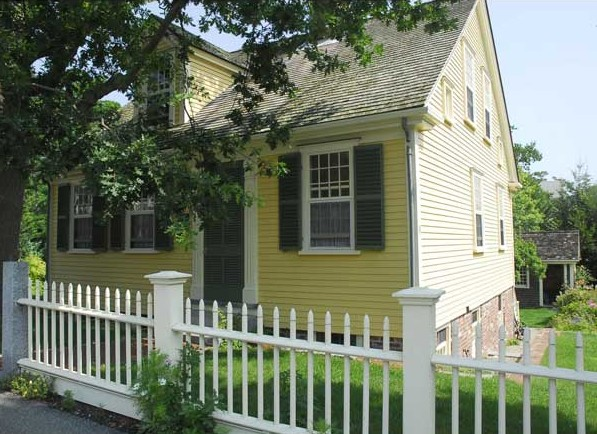 On Cape Cod, a simple cottage with all the right stuff.