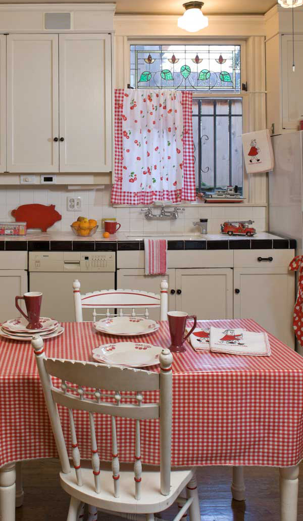 Red and white is classic for kitchens. A pocket and tension rod turned a tea towel into a curtain. (Photo: William Wright)