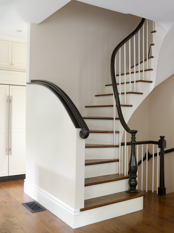 The kitchen staircase has a distinctive curved handrail reminiscent of those found in the island's old houses.
