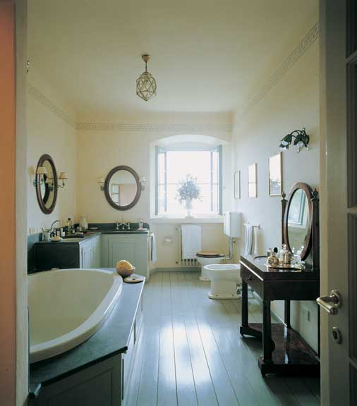 Three sinks don't change the old-fashioned look of this large bathroom; two are in a corner vanity, the third in an antique washstand. (Photo: Fritz Von Der Schulenburg)